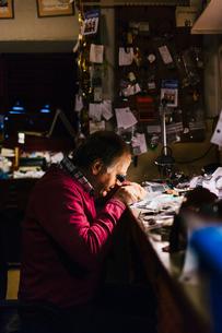 Man repairing watch in workshop in Swedenの写真素材 [FYI02208563]