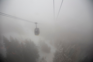 Fog over ski lift in La Thulie, Italyの写真素材 [FYI02208595]