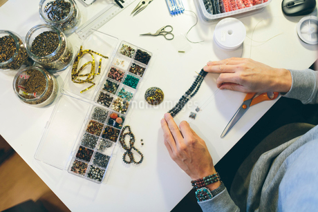 A man making beaded jewelryの写真素材 [FYI02208601]
