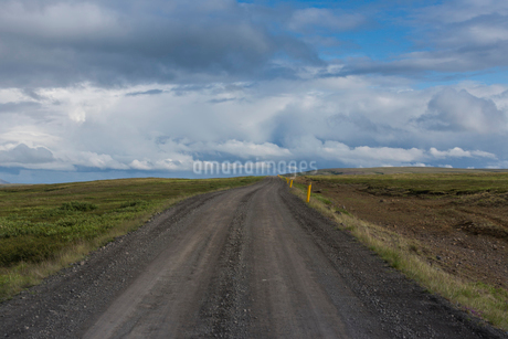A gravel road in Icelandの写真素材 [FYI02208612]