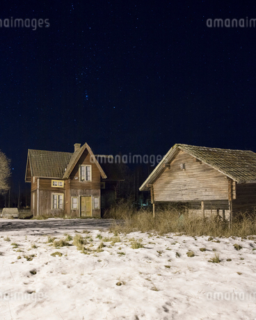 House at night during winter in Dalarna, Swedenの写真素材 [FYI02208621]