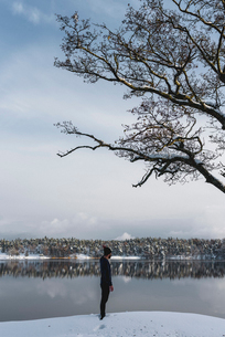 Man by lake in Sodermanland, Swedenの写真素材 [FYI02208646]