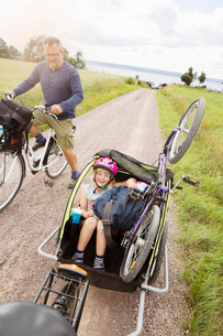 Family cycling in Smaland, Swedenの写真素材 [FYI02208652]