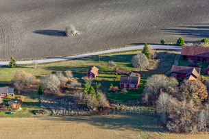 High angle view of rural houses in Uggelsta, Swedenの写真素材 [FYI02208653]