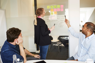 Sweden, People talking during meeting in officeの写真素材 [FYI02208658]
