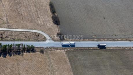 Aerial view of highway in Uppland, Swedenの写真素材 [FYI02208659]