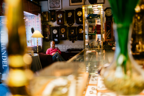 Man in antique store in Swedenの写真素材 [FYI02208667]