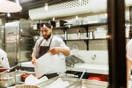 Chef in kitchenの写真素材 [FYI02208669]