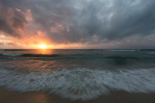 Beach at sunset in Kenyaの写真素材 [FYI02208676]