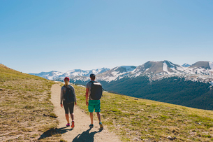 USA, Colorado, Rocky Mountain National Park, Two people hiking in mountainsの写真素材 [FYI02208688]