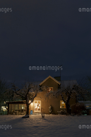 House at night during Christmas in Jarna, Swedenの写真素材 [FYI02208723]