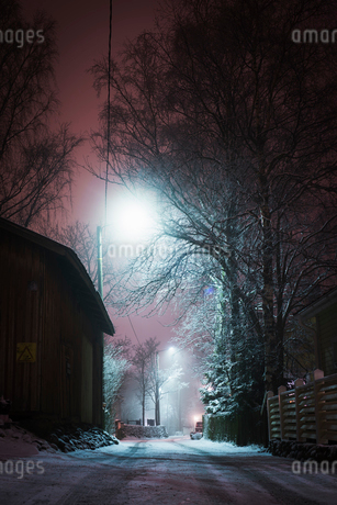 Frosty street at night in Pirkanmaa, Finlandの写真素材 [FYI02208730]