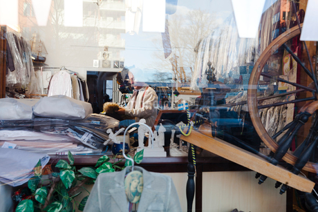 Man through window of drying cleaning storeの写真素材 [FYI02208733]