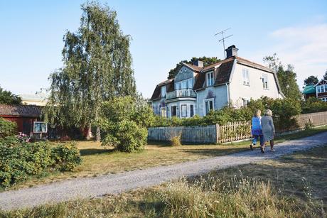 Sweden, Stockholm Archipelago, Sandhamn, Old house in summerの写真素材 [FYI02208739]