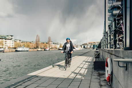 Man bicycling on street in Stockholm, Swedenの写真素材 [FYI02208741]