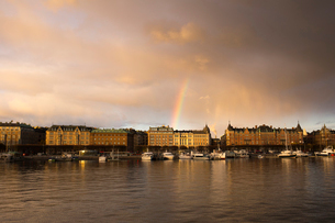 Boats on river by buildings in Ostermalm, Stockholmの写真素材 [FYI02208749]