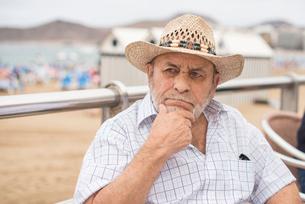 Portrait of a man wearing a straw hatの写真素材 [FYI02208751]