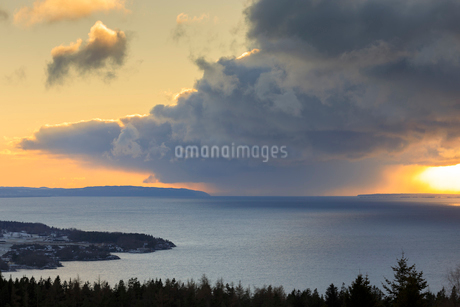 Clouds over lake in Omberg, Swedenの写真素材 [FYI02208769]