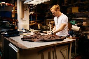 Man in leather workshopの写真素材 [FYI02208784]