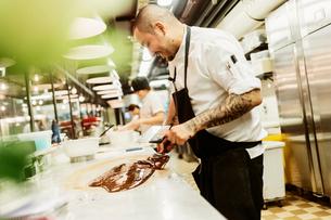 Chef in kitchenの写真素材 [FYI02208787]