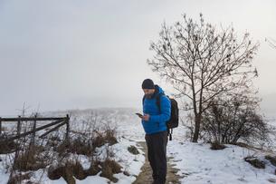 A man walking on a snowy trailの写真素材 [FYI02208792]