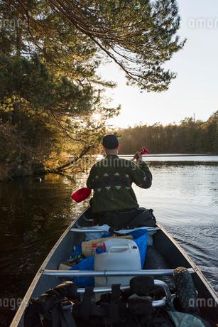Rear view of man kayaking in Blekinge, Swedenの写真素材 [FYI02208836]