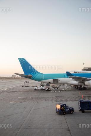 Plane on runway in Los Angelesの写真素材 [FYI02208838]