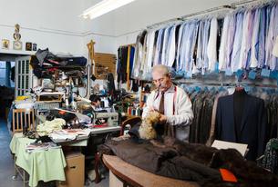 Man sewing garmentの写真素材 [FYI02208847]
