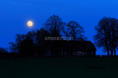 Farm at night in Trantorp, Swedenの写真素材 [FYI02208858]
