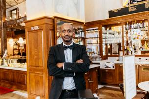 Waiter at bakery in Swedenの写真素材 [FYI02208866]