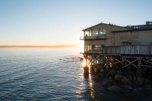 Building on beach in Monterey, Californiaの写真素材 [FYI02208871]