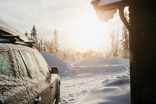 Car on snow at sunset in Harjedalen, Swedenの写真素材 [FYI02208875]