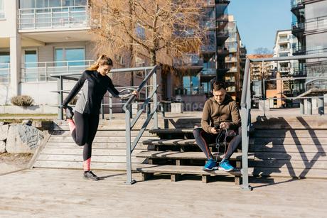 Couple preparing for run in Stockholm, Swedenの写真素材 [FYI02208889]
