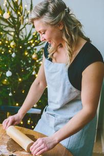 Finland, Woman preparing christmas cookiesの写真素材 [FYI02208897]