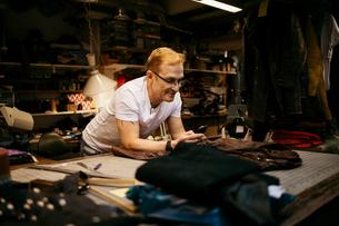 Man in leather workshopの写真素材 [FYI02208905]