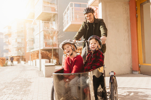 Man cycling with his sons in Stockholmの写真素材 [FYI02208913]