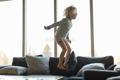 Boy jumping on sofaの写真素材 [FYI02208925]