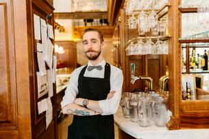 Waiter at bakery in Swedenの写真素材 [FYI02208930]