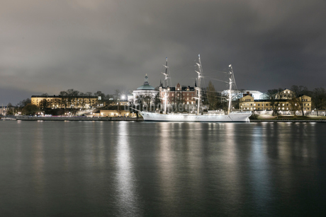 A view across the water of a city in Sweden at nightの写真素材 [FYI02208950]