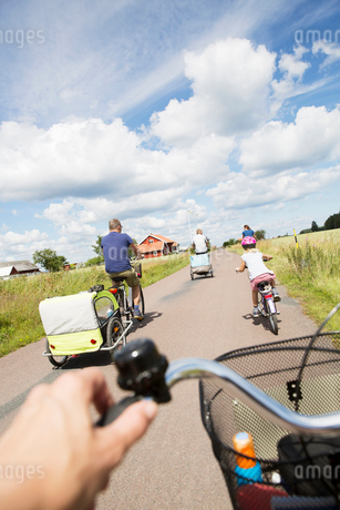 Family cycling in Smaland, Swedenの写真素材 [FYI02208951]
