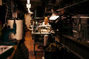 Man in leather workshopの写真素材 [FYI02208956]