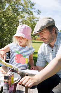 Man reading map with his daughter in Smaland, Swedenの写真素材 [FYI02208960]
