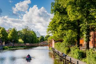 Sweden, Uppland, Uppsala, People in rowboat on Fyris riverの写真素材 [FYI02208974]