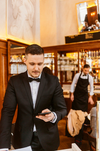 Waiter at bakery in Swedenの写真素材 [FYI02208985]