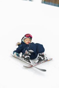 Boy falling whilst skiingの写真素材 [FYI02209014]
