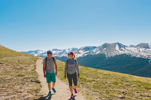 USA, Colorado, Rocky Mountain National Park, Two people hiking in mountainsの写真素材 [FYI02209047]