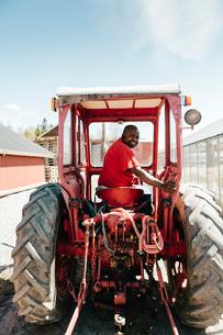 Garden centre worker on tractorの写真素材 [FYI02209048]