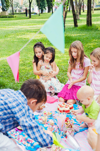 Children at birthday picnicの写真素材 [FYI02209054]