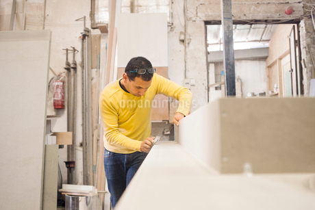 Israel, Male carpenter working in workshopの写真素材 [FYI02209068]