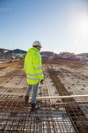 Worker on construction site in Bohuslan, Swedenの写真素材 [FYI02209077]